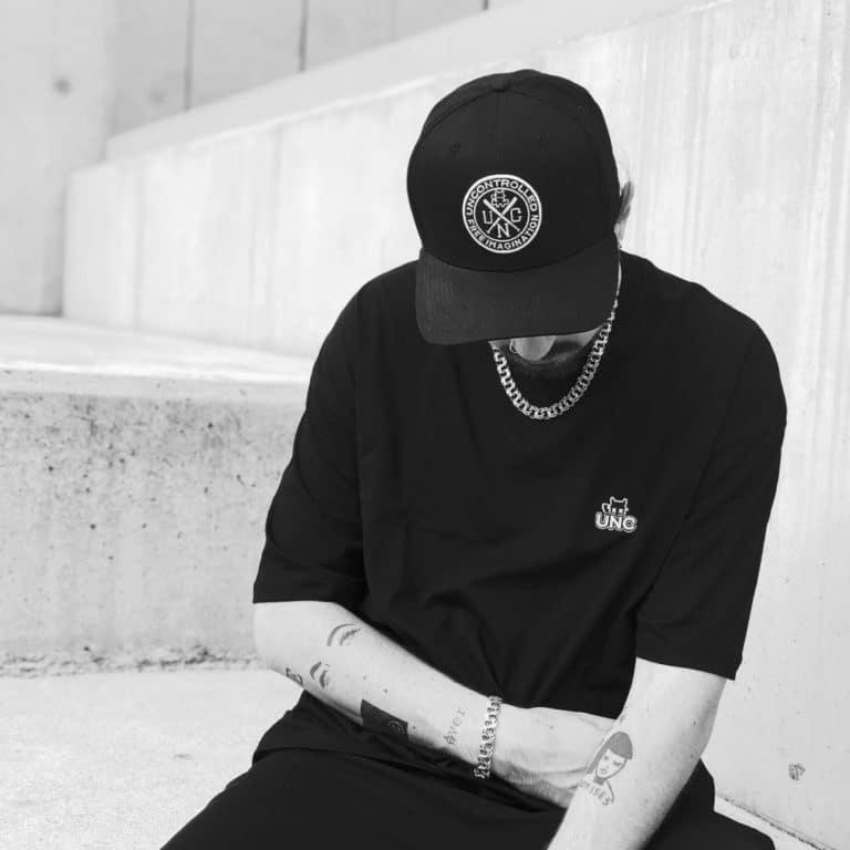 t-shirt coupe oversize unc basic black et snapbat assis